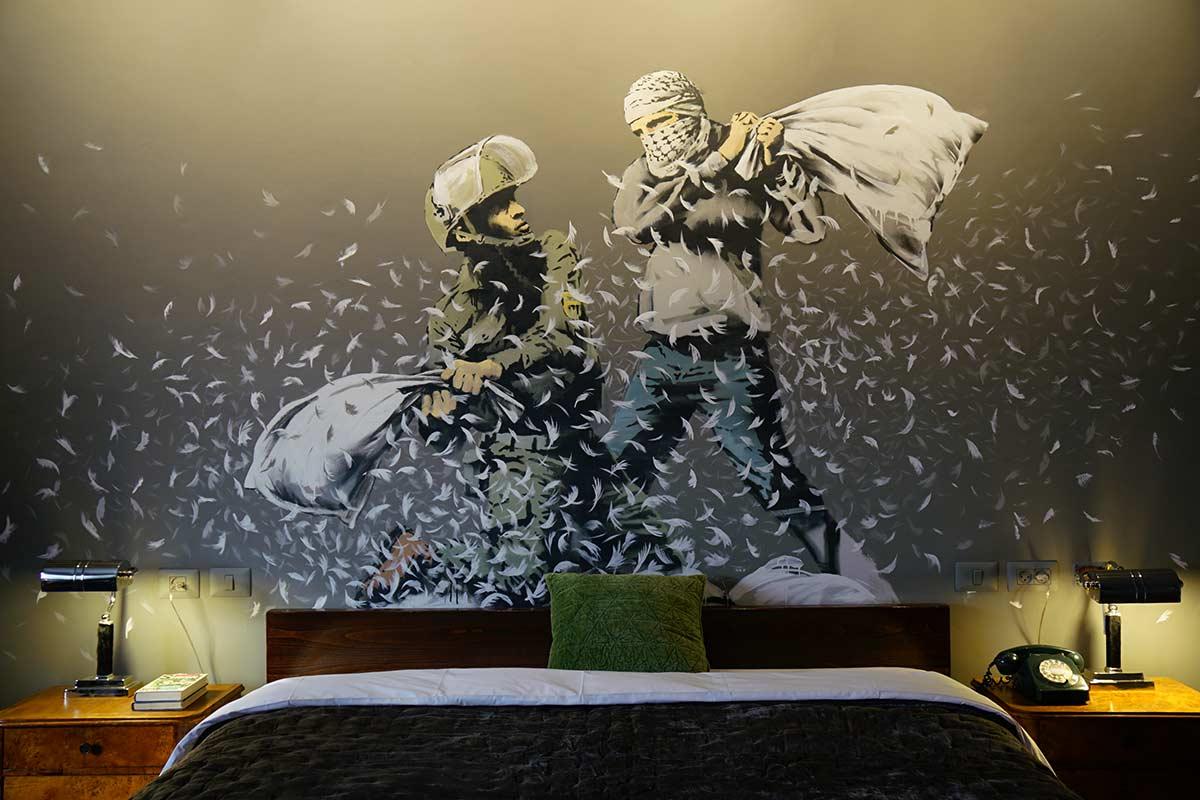street art in albergo banksy